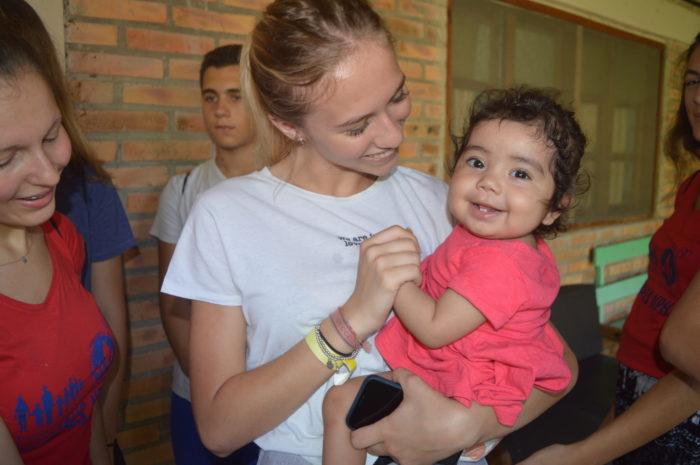 Una simpatica bambina assistita in infermeria per un raffreddore con una ragazza del Campus